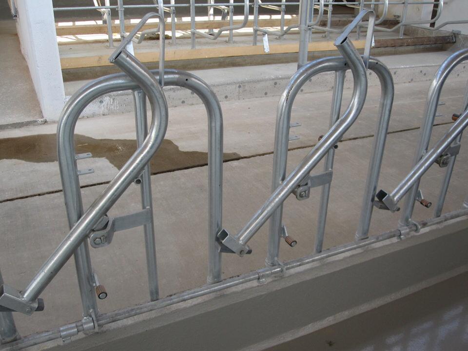 Rundbogen-Selbstfanggitter Gitterbügel einbetoniert in Barrenwand