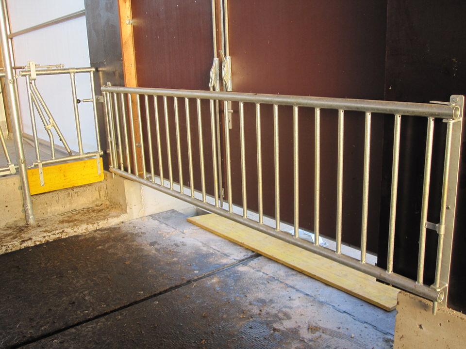 Laufgangausgangstor mit senktrechten Rohren bei Faltschieber